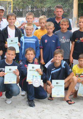 На прошлой неделе в Дендропарке были сыграны последние игры первенства города по пляжному футболу среди юношей 1998-2000 года рождения. А 10 июля команды победители еще раз вышли на поле пляжного футбола, чтоб получить заслуженные награды.